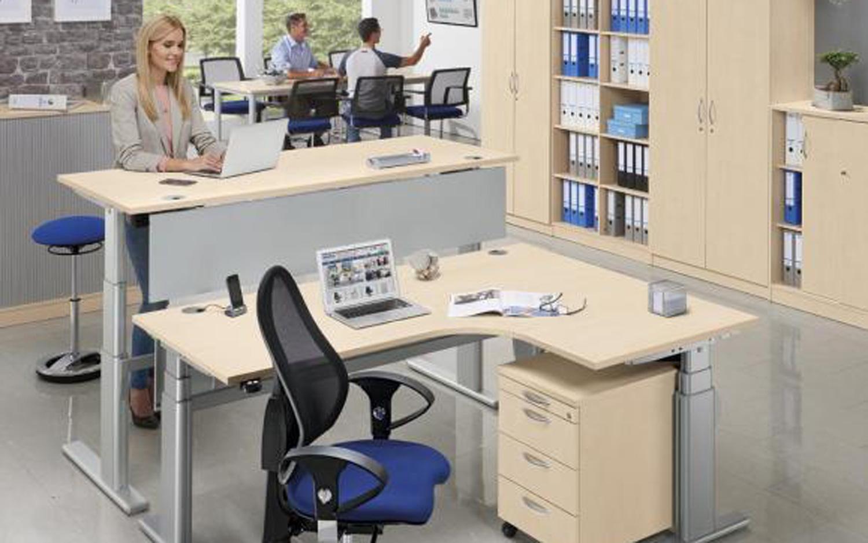 Schreibtische und Tische
